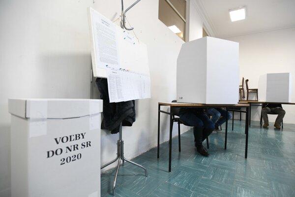 Volebná miestnosť.