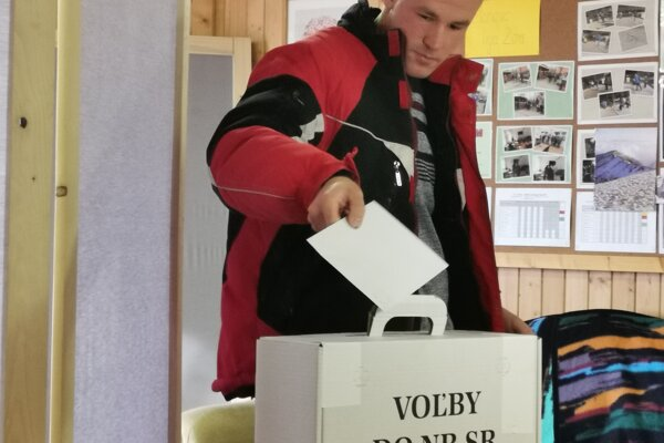 Jeden z 12 voličov, ktorí sa rozhodli pristúpiť k volebnej urne v sociálnom zariadení v Hodkovciach.