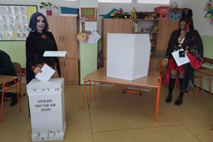 Obe mladé ženy si vybavili voličský preukaz.