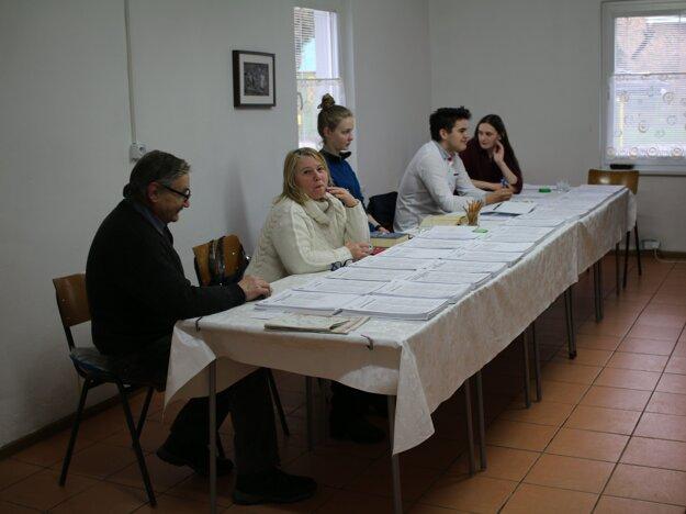 V komisii v najmenšej obci okresu Žarnovica sa stretla staršia generácia s mladou.