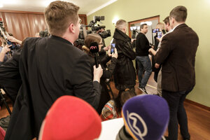 Voľby 2020: Andrej Danko odchádza z tlačovky po voľbách 2020.