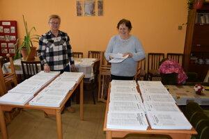 Príprava volebných lístkov v okrsku číslo 15 v Leviciach.