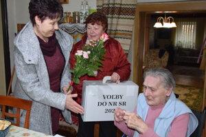 Johana Svetlíková z Kalnej nad Hronom oslávila v deň volieb 88.narodeniny. Zagratulovali jej členky komisie Klára Antalová a Alžbeta Kovácsová, ktoré k nej domov prišli s prenosnou volebnou schránkou.