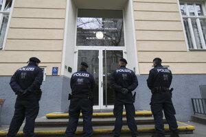 Rakúski policajti hliadku pred gymnáziom, na ktorom zistili počas týždňa koronavírus u učiteľky.