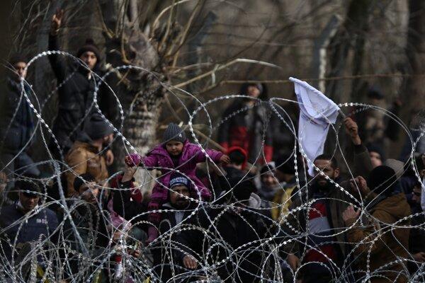 Utečenci na hraničnom priechode Kastanies na turecko-gréckych hraniciach.