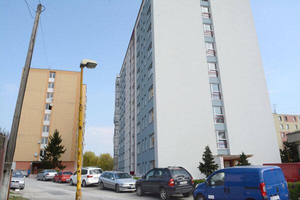 Obnovená bytovka na Sládkovičovej.