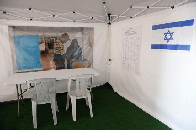 Stan, ktorý má slúžiť pre izraelských voličov v karanténe. Logistické centrum izraelskej volebnej komisie v meste Shoam 27. februára 2020. Úlohou komisie bolo pripraviť desať takýchto stanov.
