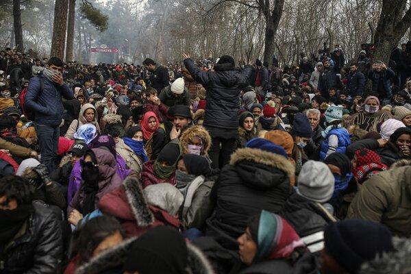 Migranti sa zhromažďujú pred hraničnou bránou Kastanies, ktorou sa snažia vstúpiť do Grécka.