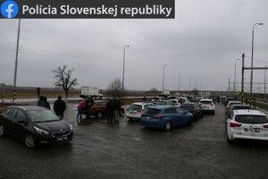 Na parkovisku pri Železeničnej stanici v Kalnej nad Hronom.