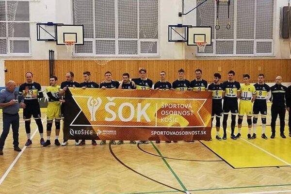 Košickí volejbalisti sa pred úvodným štvrťfinálovým duelom spoločne potešili z ocenenia v ankete ŠOK 2019.