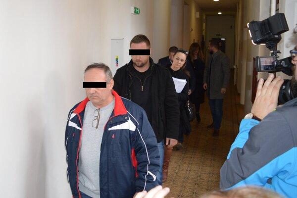 Obvinení Milan H. a Martin M. ostávajú stíhaní na slobode.