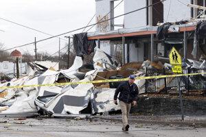 Muž si prezerá materiálne škody po vyčíňaní tornáda v meste Nashville.