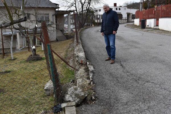 Oporný múr Sadová – Jilemnického sady je v havarijnom stave, hovorí poslanec Michal Babin.