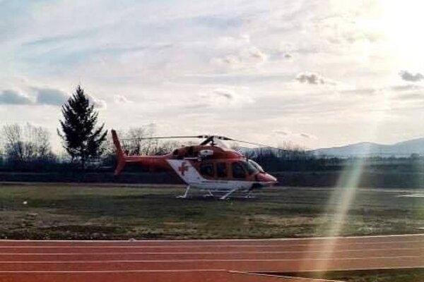 Chlapca previezol vrtuľník.