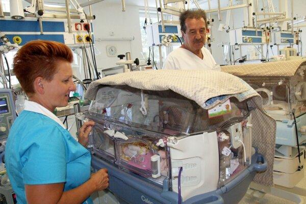 Jiska na novorodeneckom oddelení je od dnešného dňa zatvorená. Vpravo je primár Ľubomír Kralovič.