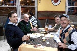Esteban Belavi (vľavo) vArgentíne. Vzadu Horacio Belavi, posledný 92-ročný žijúci syn Matiasa Belavého aj so svojimi ďalšími synmi.