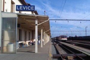 Dvojicu, ktorá lúpila vo vlaku, zadržala železničná polícia v Leviciach.
