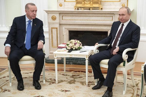Na snímke zľava turecký prezident Recep Tayyip Erdogan a ruský prezident Vladimir Putin počas stretnutia v moskovskom Kremli 5. marca 2020.