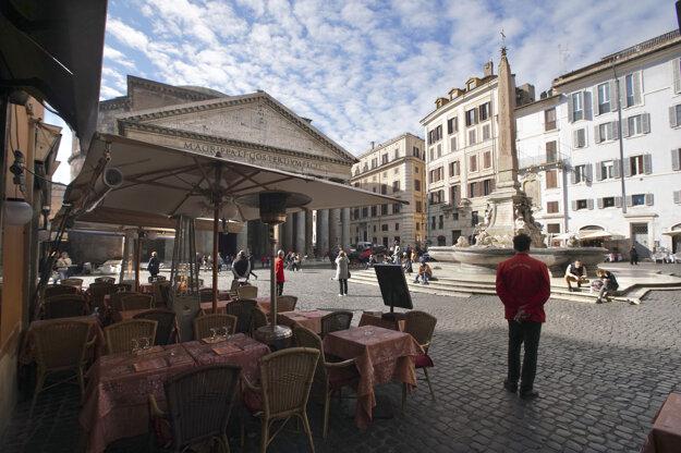 Čašník čaká na zákazníkov pred Panteónom.