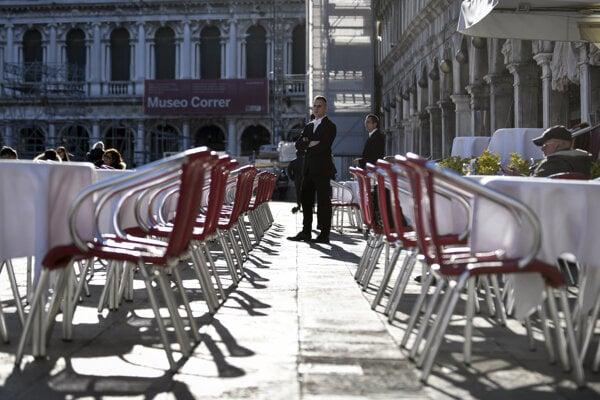 Prázdna reštaurácia v Benátkach.