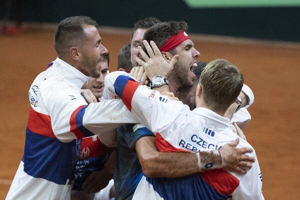 Českí tenisti sa radujú z postupu.
