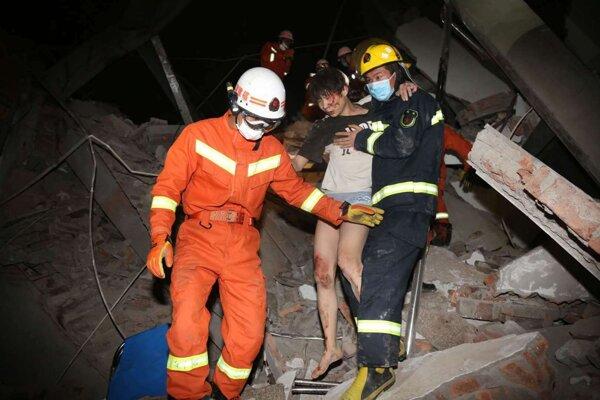 Záchranári na mieste tragédie.