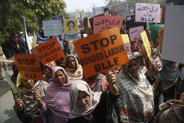 Na proteste sa zúčastnilo približne tisíc žien a mužov.