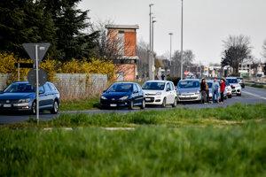 Ľudia sa snažia dostať do mesta Casalpusterlengo, ktoré je v karanténe.