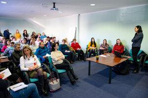 Hlavná epidemiologička odboru ŽSK Ľubica Bielená (vľavo) počas prednášky v rámci školenia pre zníženie rizika šírenia nebezpečných nákaz v zariadeniach poskytujúcich zdravotnú a sociálnu starostlivosť.