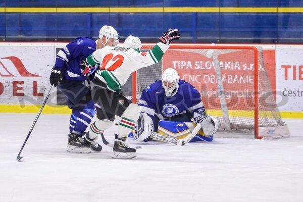 Skaličania (v bielom) vyrovnali proti Dubnici stav štvrťfinálovej série na 2:2.