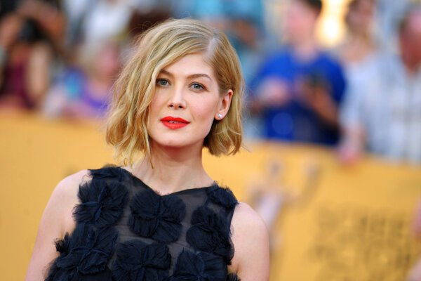 Herečka Rosamund Pike.