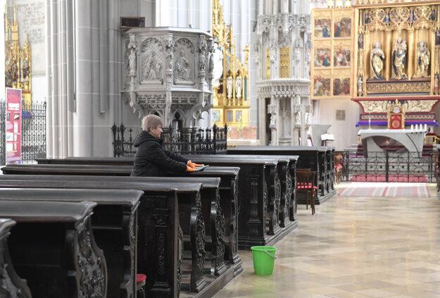 Dezinfekcia lavíc v Dóme sv. Alžbety kvôli koronavírusu  v Košiciach.