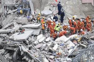 Záchranári hľadajú obete v ruinách zrúteného hotela 8. marca 2020 v čínskom meste Čchüan-čou.