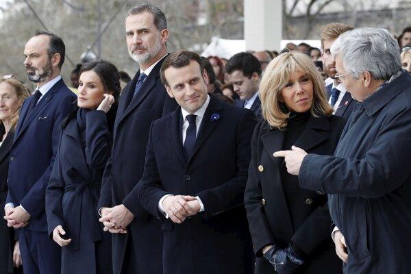 Dnešný spomienkový akt v Paríži. Francúzsky prezident Emmanuel Macron so ženou, vedľa nich španielsky pár, kráľ Felipe VI a kráľovná Letizia, vľavo francúzsky premiér Edouard Philippe a vpravo belgický Didier Reynders.