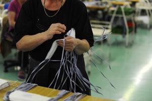 Ochranné rúška vyrobené v textilnej spoločnosti Zornica.