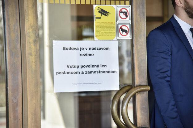 Parlament funguje v núdzovom režime.