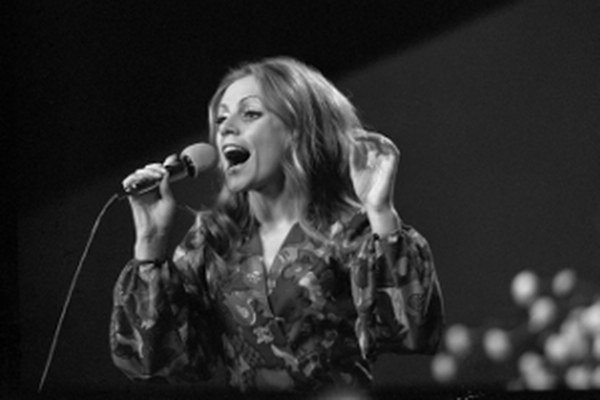Na archívnej snímke z 1. júna 1973 slovenská speváčka Eva Kostolányiová spieva na Bratislavskej lýre.
