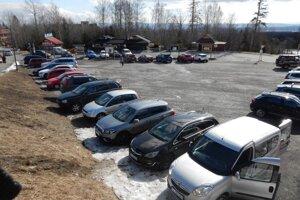 Niekde našli záchranári takmer plné parkoviská.
