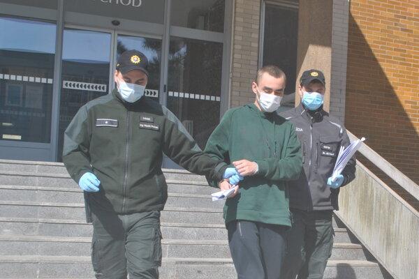 Rúško mal Moldavec i eskorta. Policajti aj rukavice.