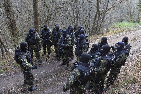 Lesy prehľadáva polícia, pomáha im aj dron.