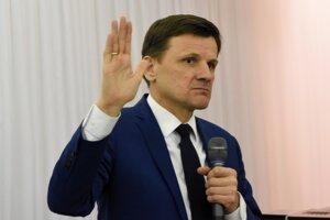 Doterajší predseda KDH Alojz Hlina sa vzdal svojej funkcie po neúspechu vo februárových parlamentných voľbách.