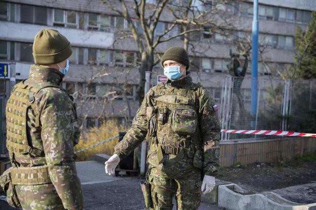 Vojaci vypomáhajú pred Klinikou infektológie a geografickej medicíny Univerzitnej nemocnice Bratislava na Kramároch.