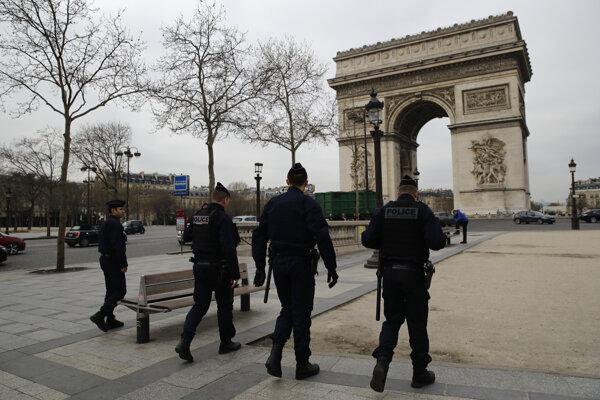 Policajná hliadka pri Víťaznom oblúku v Paríži.