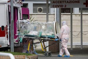 Pacientku s podozrením na nákazu koronavírusom prevážajú v špeciálnej ochrannej jednotke z ambulancie do nemocnice Columbus Covid 2 v Ríme.