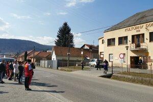 Kluknava - ľudia čakali na druhej strane cesty a na poštu vchádzali postupne.
