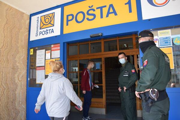 Pred vstupom do levickej pošty.