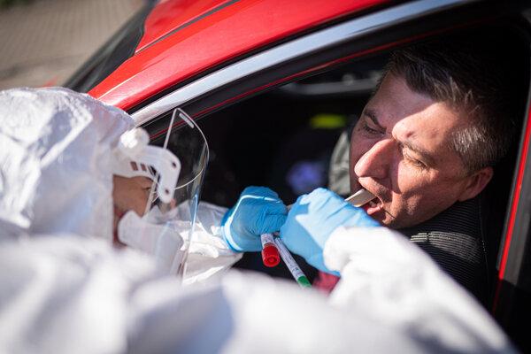 Odber vzoriek na vyšetrenie prítomnosti koronavírusu sa robí priamo z auta.