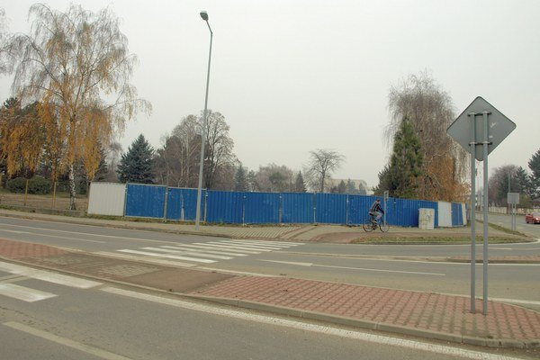 Chodník pre chodcov a cyklistov má viesť od okružnej križovatky až po železnicu.