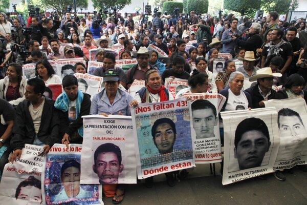 Príbuzní 43 nezvestných študentov počúvajú závery z vyšetrovania expertnej skupiny 24. apríla 2016 v Mexico City.