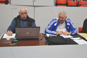 Jozef Jurena (vľavo) ako zapisovateľ pri mládežníckom turnaji SFZ.